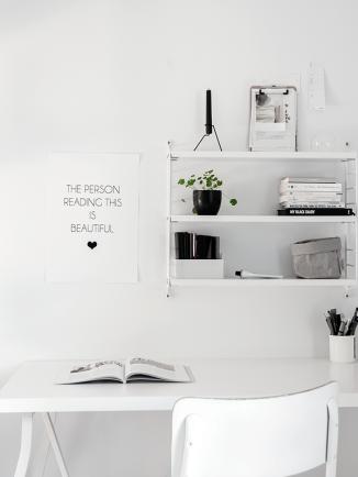 Minimalistisk kontor med poster - www.frkgreve.dk